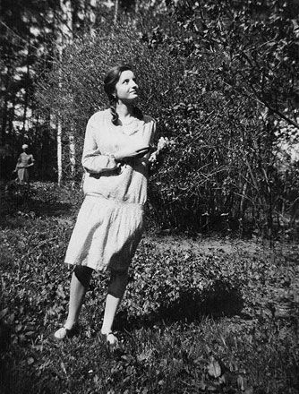Elisabeth Sigmund made it a habit to look more closely at the plants that lined the paths during walks and to determine what they were if possible. Circa 1929.