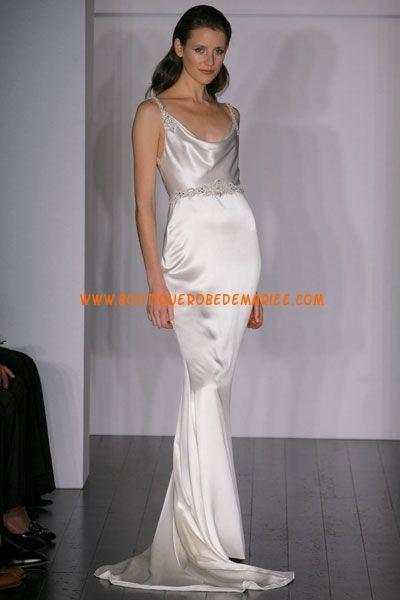 Robe de mariée sirène en satin soyeux ornée de perles