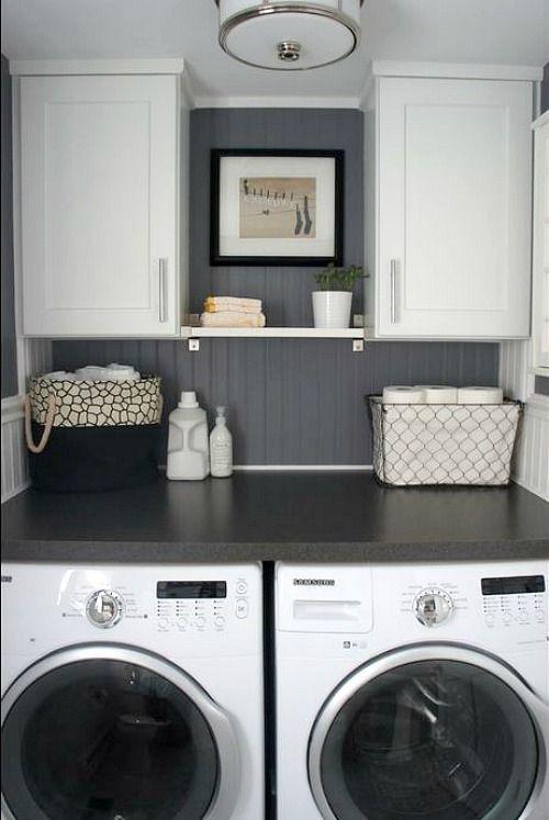En mi cuarto de lavado huy una lavadora, y secadora, y la pared gris.
