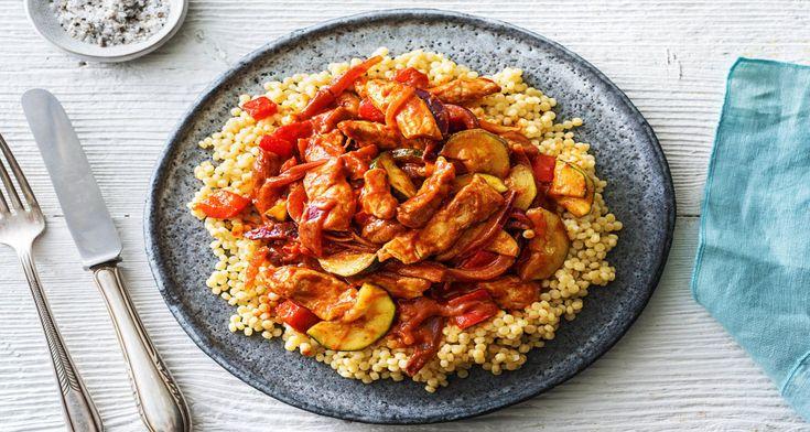 Abrikozen, couscous en harissa zijn ingrediënten die je volop vindt in de Midden-Oosterse keuken. De klassieke combinatie van deze ingrediënten is met kip of lamsvlees, maar de zoete smaken in dit gerecht passen ook goed bij varkensvlees. Houd het vlees lekker sappig door het niet te lang te bakken, anders kunnen de reepjes taai worden. Wist je trouwens dat je harissa ook heel makkelijk zelf kunt maken? Het recept vind je op onze blog.
