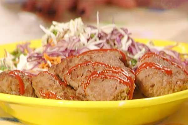 Panzerotti di carne: Prima mossa: per il composto dei panzarotti lavorare la carne trita con il pane casereccio grattugiato e l'uovo fino ad ottenere un composto