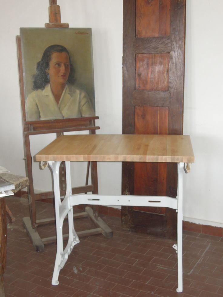 tavolino realizzato con la base di nua macchina da cucire e legno listellare www.kinkyart.it