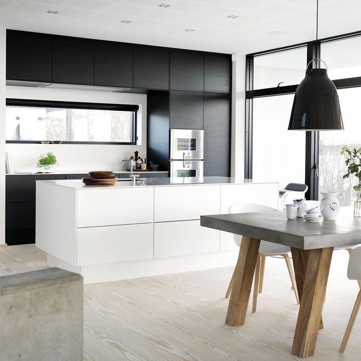 Kombiner flere farver og materialer i køkkenet som her hos Charlotte og Kim, hvor højskabsvæggen i sort eg giver masser af dybde.
