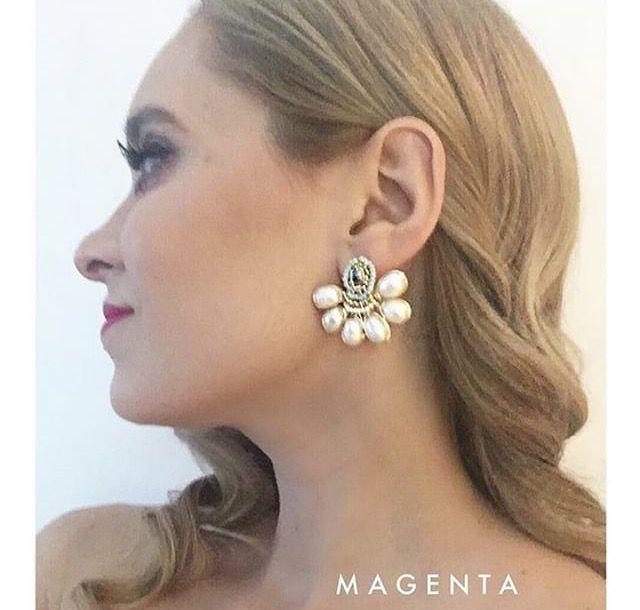 Aretes hechos a mano con perlas y cristales en chapa de oro de 22k. Usa diferente, usa Magenta!