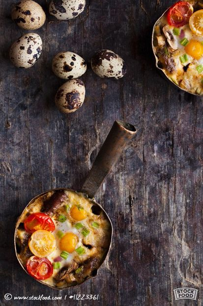 Kartoffelauflauf mit Wurst, Wachtelei, Pilzen und Kirschtomaten