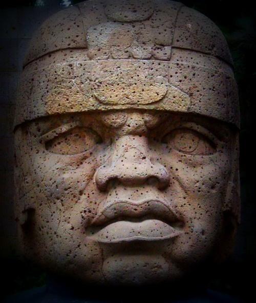 Olmec Colossal Head No. 1, Basalt. Mexico. Circa 1200-900 B.C. Discovered in 1939. La cabeza no. 1 conocida como el rey es la cabeza más grande y su mirada apacible, perdida en el tiempo, y la suavidad de sus facciones, le confiere un caracter de tranquilidad.