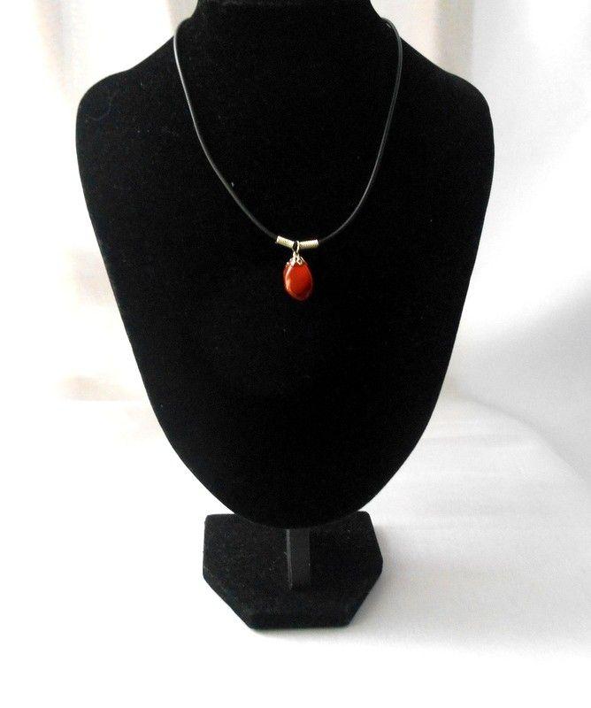 Vörös jáspis medál kaucsukláncon  Jáspis(vörös): dinamikussá tesz, energiát ad, javítja a vérellátást, serkenti a keringést és csökkenti a lázat
