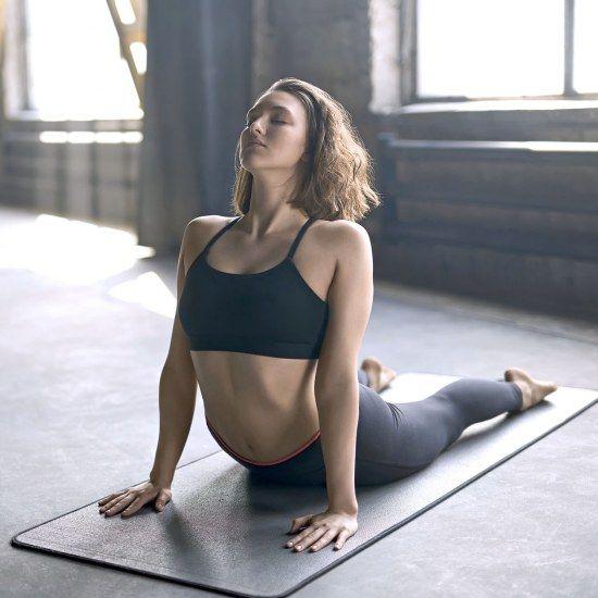 Ganz entspannt zum Sixpack: Die 4 besten Yoga-Übungen für einen flachen Bauch