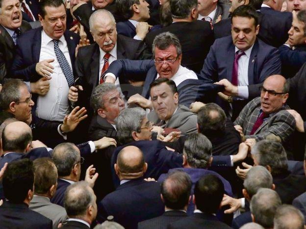 Parlimen Turki kecoh pergaduhan tercetus dalam sesi debat   Kekecohan berlaku selepas satu insiden pergaduhan tercetus di Parlimen Turki ketika sesi debat pakej pembaharuan Perlembagaan untuk memperluaskan kuasa Presiden Recep Tayyip Erdogan.  Ahli Parlimen daripada Parti Pembangunan dan Keadilan (AKP) dan pembangkang utama Parti Rakyat Republikan (CHP) saling menumbuk dan menolak satu sama lain ketika berkumpul di sekitar podium dewan itu.  Parlimen Turki kecoh pergaduhan tercetus dalam…
