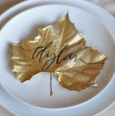 Calligraphy Crush-10 Fabulous Place Card Ideas taking a dry leaf and spray painting it gold.