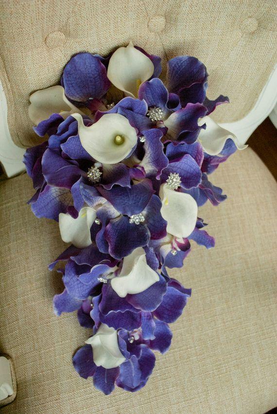 Moderne Purpur und Elfenbein Träne Tropfen Hochzeitsstrauß. Mit künstlichen Orchideen und Callas gemacht.  Dieser Strauß ist ca. 9 Zoll breit und 18 Zoll lang.  Ähnliche Elemente verfügbar, wie z. B. Knopflöcher (Stifte/Boutonnières), Korsagen, Blumen und Haar Kronen Kuchen. Zusätzliche Anpassung der Strauß zur Verfügung (z. B. Broschen, Strass, Perlen) auf Anfrage.  Wenden Sie sich wenn Sie irgendwelche Fragen haben.