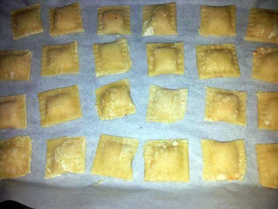 La meilleure recette de Raviolis fait maison farcies au chorizo et parmesan! L'essayer, c'est l'adopter! 5.0/5 (10 votes), 15 Commentaires. Ingrédients: Pour la pate à raviolis: 300 gramme farine 3 oeufs 1 c. à café rase sel 1c.à café d'huile d'olive Pour la farce: 1/2 chorizo 2 cuilléres à soupe de macarpone 1 cuilére à soupe de créme fraiche liquide 100g de parmesan