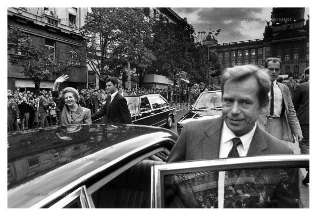 Wenceslas Square.Prime Minister Margaret Thatcher accompanied by Vaclav Havel while on her official visit to Czechoslovakia. 18.09.1990 Fot. Tomki Nemec