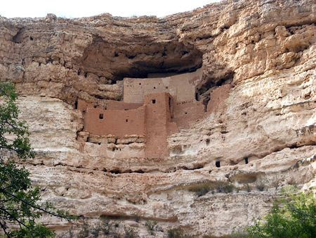 Montezuma Castle National Monument = Spectacular, 5-story cliff dwelling built by the Sinagua Indians around the 14th century. National monument also includes Montezuma Well, a flooded limestone sinkhole