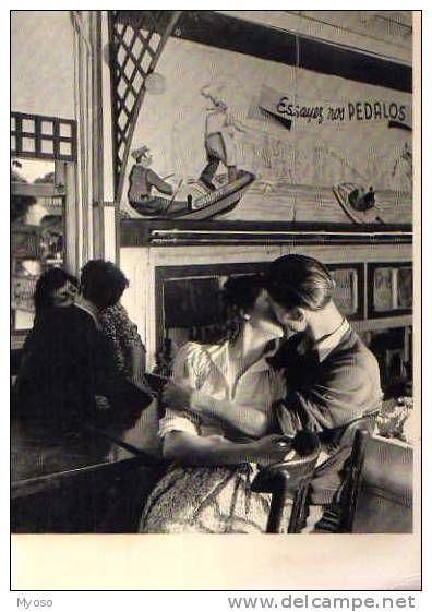 1948 chez Gégène guinguette à Joinville-le-Pont  Couples s'embrassant