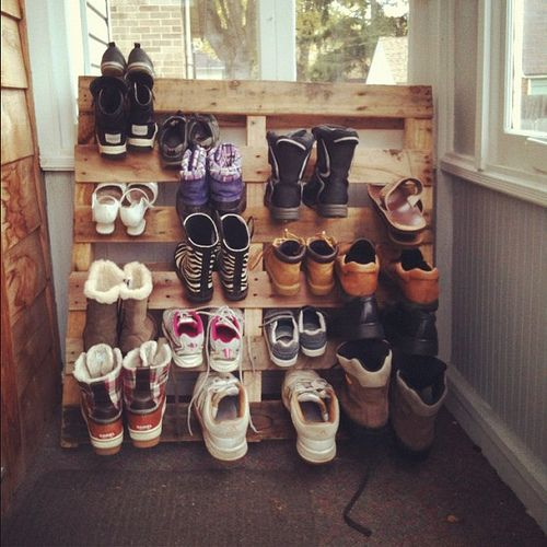 diy shoe pallet- this would be super cute on a back porch or in a mud ...