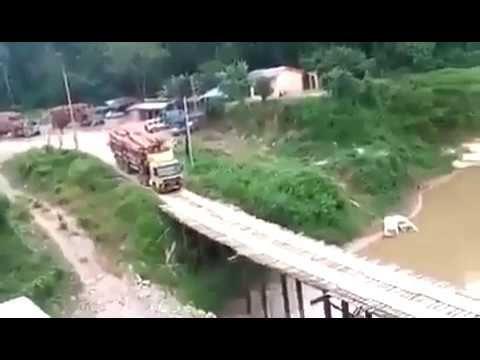 Woow Ngeri .... Truk Lewati Jembatan Sirotol Mustaqim