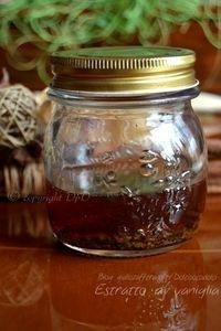 Estratto di vaniglia fatto in casa, ricetta veloce (metodo estrazione a caldo) con solo 3 bacche di vaniglia si possono ottenere 250 ml di estratto profumato. Il liquido da utilizzare in questo caso è Rum bianco. Il tempo da dedicare alla preparazione è davvero minimo, poi c'è il tempo di riposo che