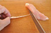 いちばん丁寧な和食レシピサイト、白ごはん.comの『ささみの筋の取り方/ゆで方』を紹介するレシピページです。鶏のささみはサラダや和え物などに便利な食材です。そのささみの筋の取り方と、ふっくら火を通すゆで方/ゆで時間を詳しく写真付きで紹介しています!※筋の取り方は、包丁を使った方法とフォークを使う方法、2種類紹介しています。