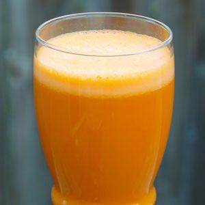 Ingredience: 1 vyzrálé mango 2 broskve Citrónová šťáva na dochucení 100 ml vody Postup: Broskve omyjeme, zbavíme pecek a nakrájíme na menší kousky. To samé uděláme smangem, jen ho ještě po umytí oloupeme. Poté vše vložíme do mixéru, vezmeme půl citronu a podle chuti zakapeme ovoce šťávou zněj. Pak už stačí jen přilít vodu a… Celý recept »