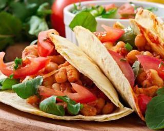 Tacos aux blancs de poulet, poivrons et tomates