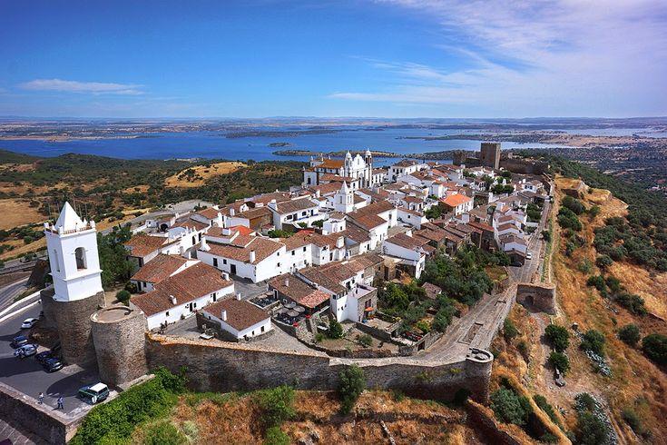 A vila de Monsaraz, com vistas para o Alqueva e o magnífico Alentejo, é ainda hoje um testemunho dos séculos repleta de histórias em cada beco e ruela.