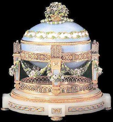 L'oeuf aux trophées d'amour, offert par Nicolas II à son épouse, Pâques 1905, Fabergé Création du maître d'oeuvre Henrik Wigström, (Collection privée de Robert M. Lee, USA)