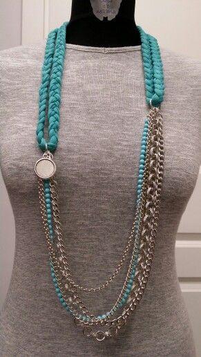 Collana con fettuccia in cotone turchese, catene color argento e perle di Maiorca turchesi.
