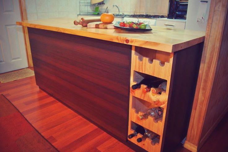 Mueble madera y melanina con textura color chocolate for Mueble cocina americana