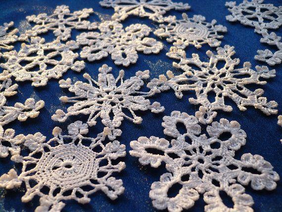 Satz von 10 verschiedenen Hand häkeln weiß 100 % Baumwolle Schneeflocken. Home Decorationin Weihnachtszeit. Hängen sie an den Weihnachtsbaum von Decke oder Sie können sie in einem Kranz. Schmücken Sie Fenster oder Spiegel. Sie Dekorieren mit diesen Schneeflocken Weihnachtsgeschenke oder auf einer Grußkarte. Sie können sie auch als Buch Marke verwenden. Geeignet für Winter Hochzeiten oder Taufe als Dekore, weißen Applikationen. 5,6, 7cm Durchmesser. Schneeflocken sind gebrauchsfertig…