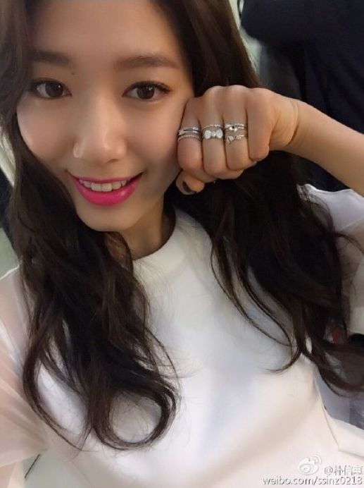 """Park Shin Hye Shares Her """"Red Lips"""" Selfie on Weibo"""