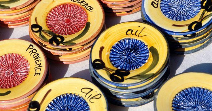 Pintura de pratos de cerâmica para iniciantes. Os pratos de cerâmica pintados à mão são ótimos como adoráveis lembrancinhas personalizadas ou bonitos presentes para a família, e não é necessário ser um artista profissional para criar designs, imagens ou letras simples. Os pratos podem servir como tema de uma conversa, pois os convidados desejarão saber como poderão fazer os seus próprios.