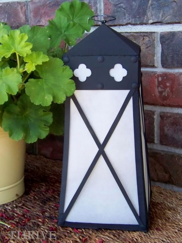 Do you remember these awesome quatrefoil lanterns from the Ballard Designs catalog ?     I love  them. I want  them. I can not afford  them....
