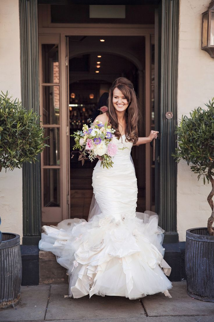 Bride leaving the George in Rye, Fishtail Wedding dress, Ian Stuart Wedding dress, The George in Rye, Brides arrival, beautiful bride, East Sussex wedding, boutique hotel in Rye