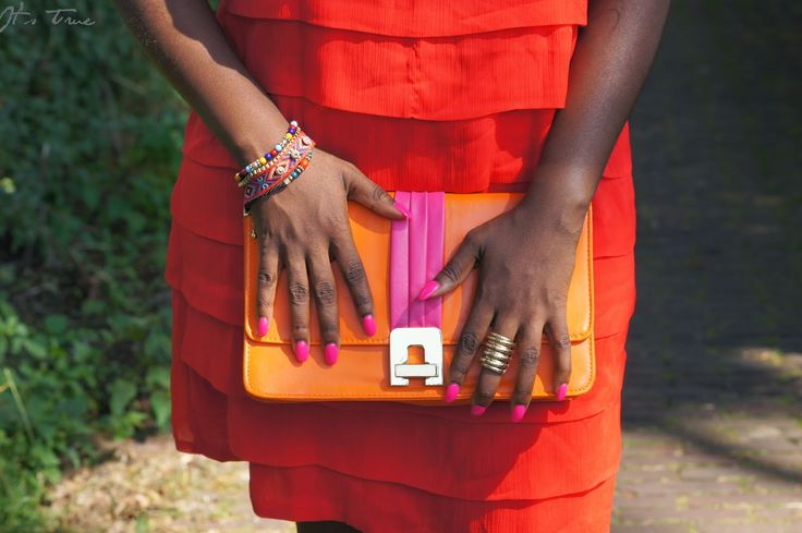 Love my #colorful primark clutch !  #itstrueblog #colorclutch #reddress