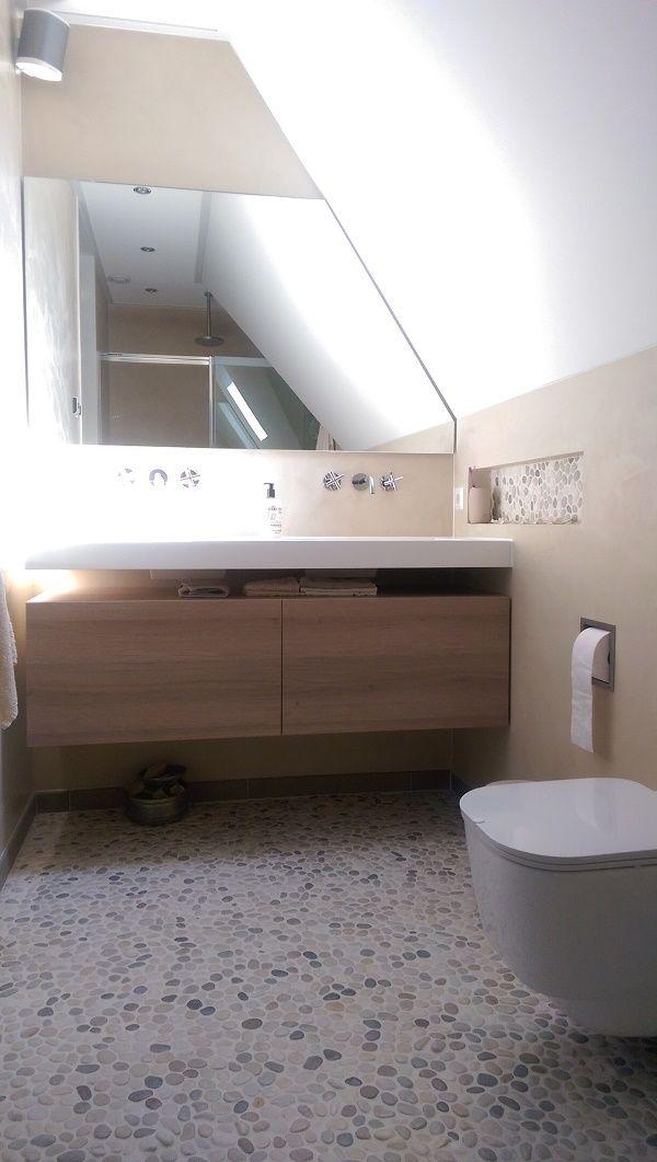 Kleine Badkamer En Suite ~ Landelijke badkamer met zwevende wastafel, beach pebbles op de vloer