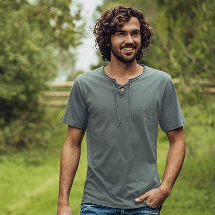 V-Shirt für Herren aus 100% Biobaumwolle: Zurück zur Natur heißt es bei diesem Shirt mit V-Ausschnitt mit Schnürung an der Brust. Das T-Shirt ist Cradle-to-Cradle zertifiziert, besteht zu 100% aus BIO-Baumwolle und hat eine gestickte TRIGEMA-Schwinge auf der Brust.