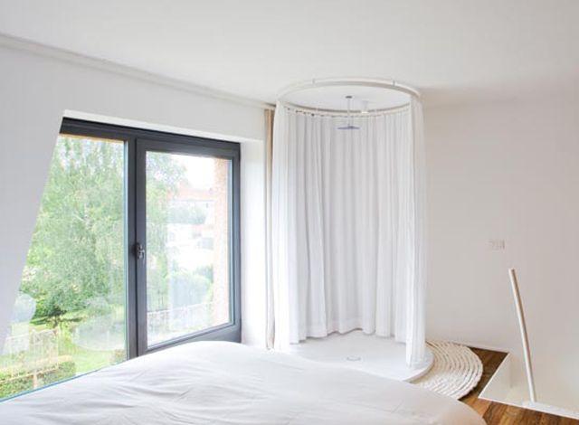 Tom Jonckers ontwierp zijn eigen woning annex architectenbureau met als doel: wonen en werken in een compacte en toch open ruimte, met een minimum aan circulatie en een maximum aan oppervlakte voor de huidige en toekomstige kunstwerken.  http://entrr.be/ruimtes/873/badkamer/rieten-maatpak