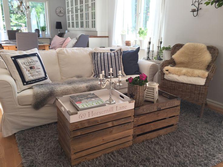Älskar mixen i vardagsrummet. Soffa och korgstol från Ikea, kuddar lexington, fårskinn från Gotland, äppellådor och brickor från artwood.