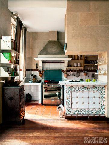 Os azulejos que cobrem a cozinha remetem à infância de Nathalie Morhange, vivida numa casa de campo no interior da França. Em seu refúgio paulistano, ela pediu ao arquiteto Alvaro Razuk uma coifa de concreto, tradicional na região de Aix-en-Provence.