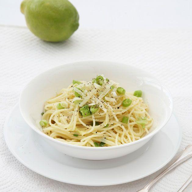 Gå for en rask vegetarrett med spaghetti med sitronsaft, olivenolje, vårløk og masse pecorino – en uimotståelig italiensk ost. Nok til 4-6 porsjoner.