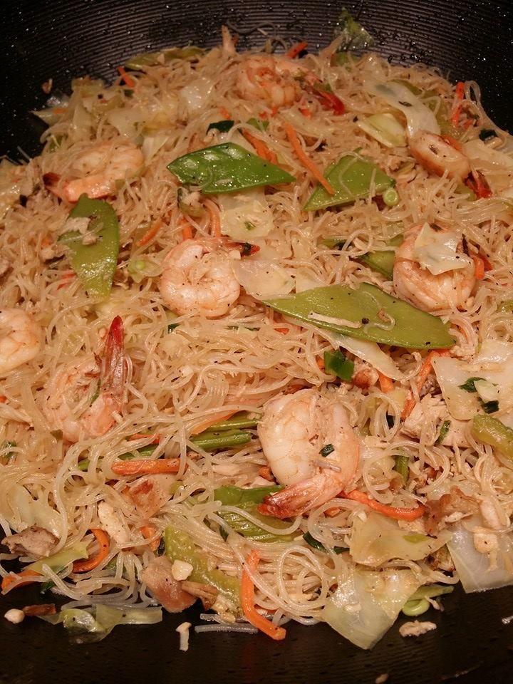 http://chamoritamommaskitchen.com/2013/11/15/chicken-and-shrimp-pancit-bihon-rice-noodle-version/ CHICKEN AND SHRIMP PANCIT BIHON