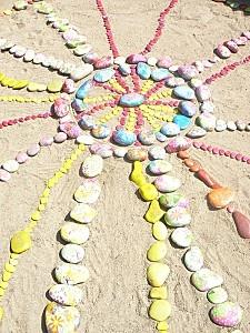 Land art d'été dans le bac à sable de l'école.