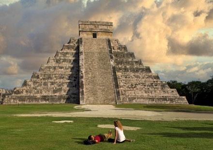 Templo de Kukulcán (o Kukullán) en Chichén Itzá, Yucatán.       Foto de www.visitmexico.com México