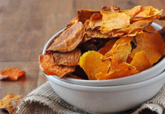 In Amerika overal te koop, hier moeten we het helaas nog doen met 'gewone': zoete aardappel chips. De combinatie van zoete aardappel met kruiden is overheerlijk, ik maak dan ook regelmatig zoete aardappel gerechten. Mocht je een grote oven hebben kan je ook zelf chips maken: veel gezonder dan uit de supermarkt, verser en lekkerder! …