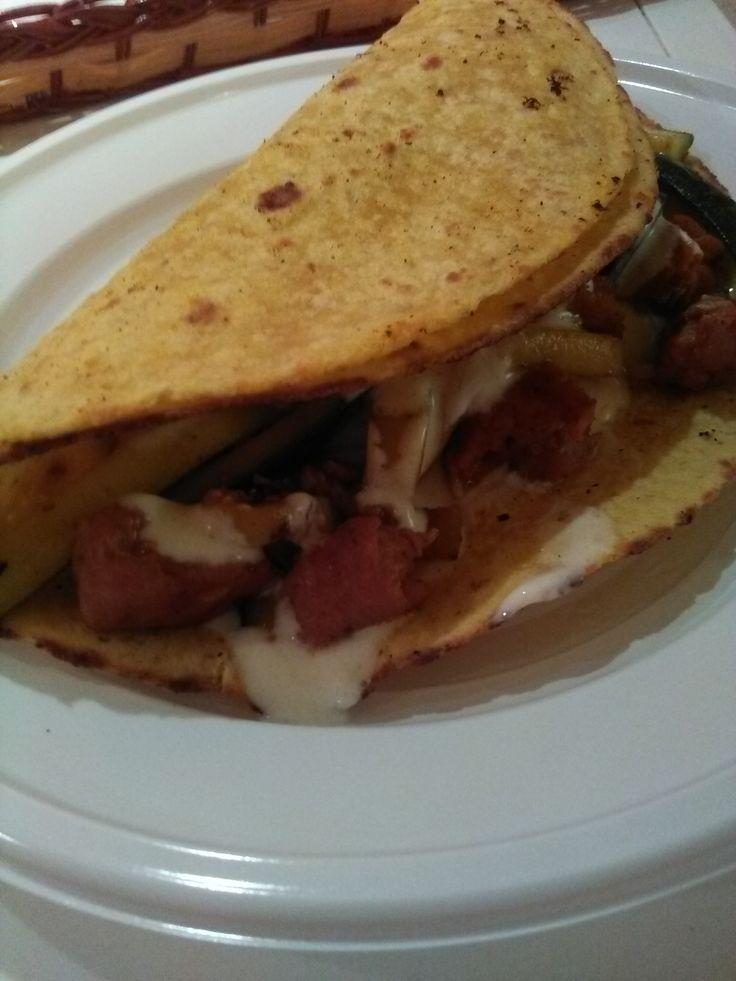 Tacos+ripieni+di+zucchine,+hamburger+di+pollo+spezzettato+e+panna+acida+speziata+(home-made)
