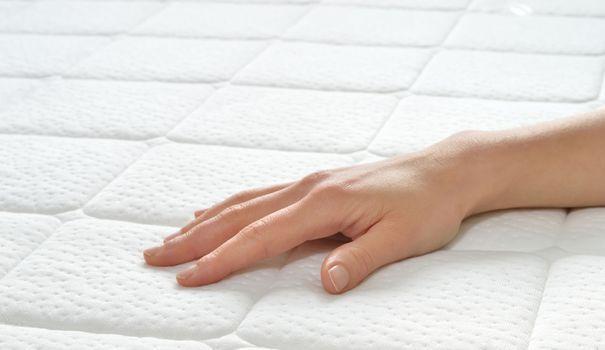 Pour rester sain, un matelas doit être régulièrement nettoyé et désinfecté. La qualité de votre sommeil et votre santé en dépendent. Pour nettoyer votre matelas, il existe des alternatives aux cristaux de soude, bicarbonate, ammoniaque et eau oxygénée utilisés seuls.
