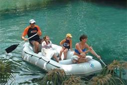 En el Río Estacas se puede navegar en balsa, nadar y bucear. Es un gran manantial en el estado de Morelos.