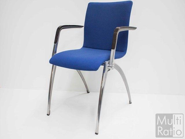 Tweedehands stoel, Artifort Zeno. Deze veelzijdige stoel heeft een slank aluminium frame en signaalblauwe bekleding.