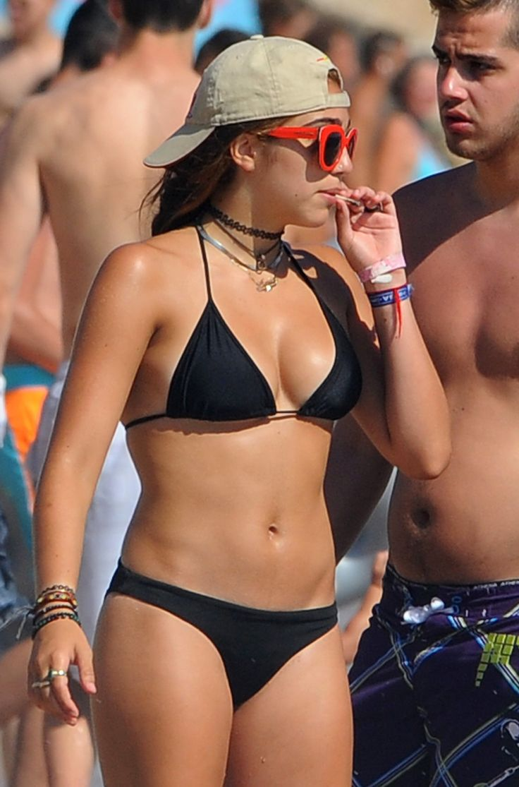 lourdes_leon_the_daughter_of_madonna_smoking_a_suspicious_looking_rolled_up_cigarette_in_a_bikini_as_she_enjoys_a_summer_holiday_with_friends_in_the_south_of_france (968×1467)